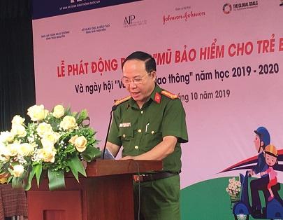 Đại tá Nguyễn Văn Vui - PGĐ Công an tỉnh - Phó Ban ATGT tỉnh trao tặng MBH cho các em học sinh tại trường tiểu học Gia Sàng