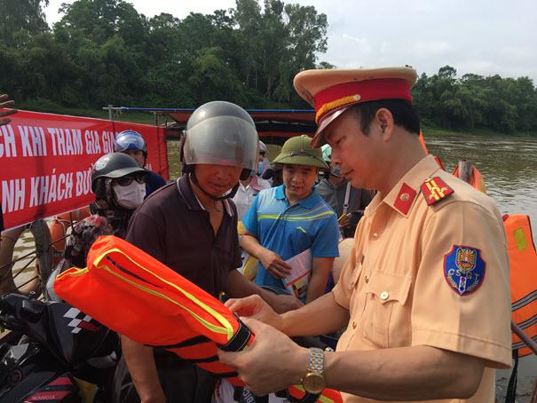 Trao tặng và hướng dẫn sử dụng áo phao khi đi đò cho người dân tại Bến đò xã Đông Cao - TX Phổ Yên
