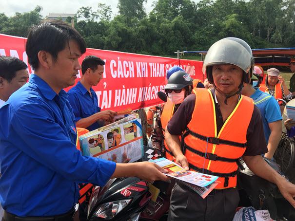 Đoàn thanh niên thị xã Phổ Yên phát tờ rơi tuyên truyền ATGT đường thủy nội địa và tuyên truyền thực hiện Cuộc vận động xây dựng Văn hóa giao thông với bình yên sông nước.