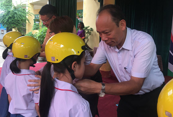 Ông Nguyễn Trọng Thái - CVP Ủy ban ATGT Quốc gia trao tặng MBH cho học sinh