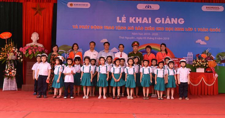Trao tặng MBH cho học sinh Trường Tiểu học Lương Ngọc Quyến (TP Thái Nguyên) năm học 2019 - 2020